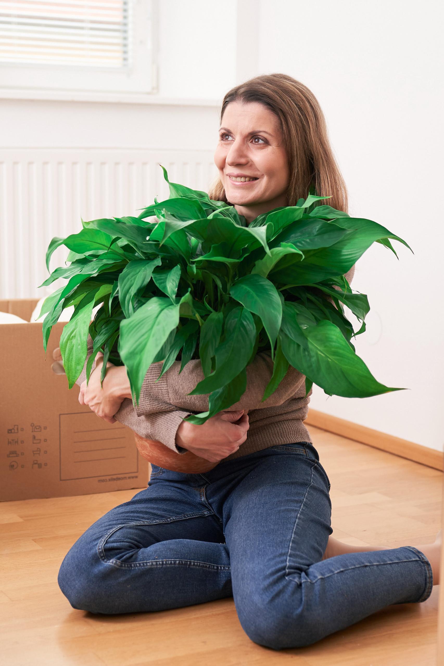 Frau mit Pflanze